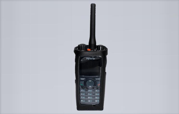 Kožené pouzdro z měkké kůže M37057 s fóliovým okénkem a otočným klipsem pro radiostanice Hytera řady PD7xx a TETRA radiostanice PT580H PLUS