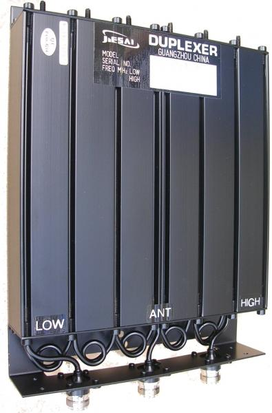 Dutinový UHF duplexer DT03 pro převaděče Hytera v pásmu UHF. Kvalitní duplexer pro vzájemné oddělení přijímací a vysílací cesty a jejich sdružení do jedné antény.