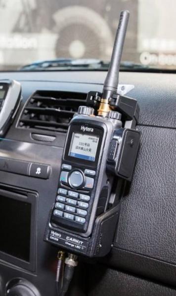 Hytera CK03 aktivní dokovací stanice pro komfortní použití přenosné radiostanice PD785 a PD795 ve vozidle.